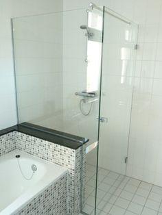 Glazenwand tussen bad en douche