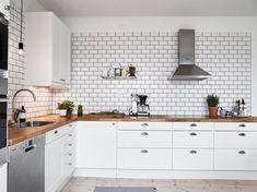 kitchen2 White Tiles Black Grout, White Kitchen Backsplash, Kitchen Tiles Design, Black Kitchen Cabinets, Kitchen Wall Tiles, Black Kitchens, Kitchen Flooring, Kitchen Decor, Grey Grout