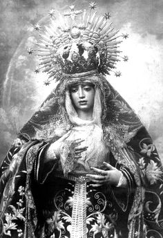 Fotos Antiguas en B/N (IV) Lady Madonna, Religious Icons, Sisters, Princess Zelda, Mary Mary, Fictional Characters, Crowns, Penguin, Saints