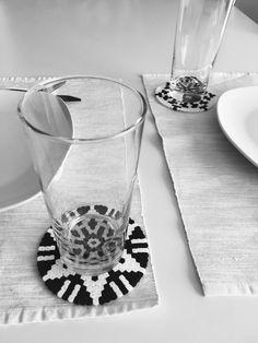 Ich liebe den skandinavischen Designstil in der Wohnung. Ich mag besonders die schwarz-weiß Muster und wie sie kombiniert werden. Wie ihr diese coolen Tassen und Glasuntersetzer selber kostengünstig nachmachen könnt, zeige ich auf meinem Kanal: www.youtube.com/c/RaisaR-IDEENwrk