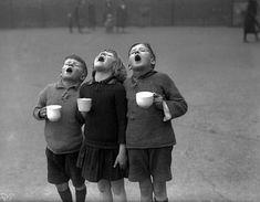 Niños haciendo gárgaras de agua con sal para evitar el contagio de la Gripe Española en 1918