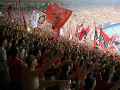 No antigo Maracanã, a torcida do Flamengo entrava por qual lado?