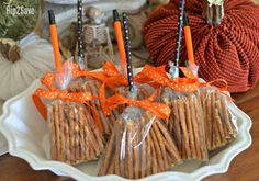 Healthy Snacks Transform pretzel sticks into a witch's broomstick for this EASY non-candy Halloween snack idea your kids will LOVE! - Transform pretzel sticks into a witch's broomstick for this EASY non-candy Halloween snack idea your kids will LOVE! Dulceros Halloween, Halloween Class Party, Halloween Goodies, Halloween Birthday, Holidays Halloween, Halloween Decorations, Halloween Candy Crafts, Maternity Halloween, Halloween Pretzels