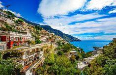 """La Costa Amalfitana es uno de los rincones más bonitos mirando al mar (Tirreno) que encontraremos en toda Europa. Es un tramo de costa poco extenso en el que se suceden pueblos que parecen """"colgados"""" sobre abruptas laderas de montañas, con joyas como una cala y pueblo escondido entre acantilados(que podría ser uno de los …"""