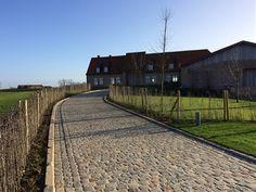 Zweedse kasseien - landelijke oprit Railroad Tracks, Driveways, Walkways, Sidewalk, Exterior, Landscape, City, Gardens, Garden Landscaping