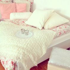 Love the bedspread! The floral print is so cute! #floral #bedspred #girlydecor