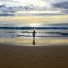 sunset in #portosanto  This is the amazing 9km beach of porto santo.. Where the Sun shines from dawn to sunset.  Ho sempre amato le spiagge a sud perché prendono il sole dall'alba al tramonto.. Ecco questa spiaggia gode di tantissimo sole. 9km di spiaggia con sabbia fine e dorata dune che si alternano a piccole rocce.. Un mare turchese anche se movimentato un clima piacevole. Oggi mare a 360c e infatti Sofia già dorme  #vatyinmadeira #happiness  #sunset #portosanto #atlantisclub…