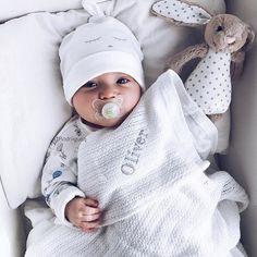 Godmorgon Oliver myser med sin nya fina filt och kanin ifrån @giftstory.se  Hoppas alla får en fin dag . . #justbaby #cutebaby #babies #bebis #babyboy #livly #livlyclothing #giftstory #jellycat