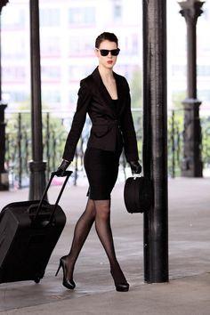 Femme d'affaire haut de gamme en déplacement... ou bien escort de luxe