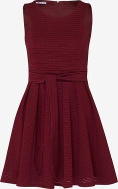 Ausgestelltes Kleid mit Lochmuster von WAL G.. Schnelle und kostenlose Lieferung. 100 Tage Rückgaberecht.