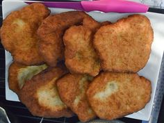 Enjoy this traditional Homemade Vetkoek recipe Ingredients Cake Flour 2 Tbs Sugar 1 tsp Salt Sachet of yeast Jug of lukewarm water 1 Cup of oil, on … South African Recipes, Ethnic Recipes, Salmon Patties, My Cookbook, Cake Flour, Food Dishes, Side Dishes, Other Recipes, Food To Make