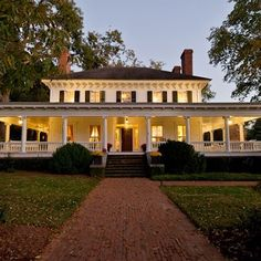On the Market: Monticello, Georgia : Architectural Digest. This is the Perfect Ranch House. Farmhouse Plans, Modern Farmhouse, Country Farmhouse, Victorian Farmhouse, Farmhouse Front, Country Houses, Style At Home, Balkon Design, House Of Beauty