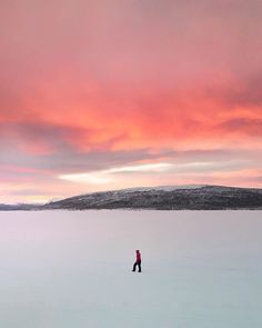 One of those amazing mornings in Swedish Lapland.   #lapland #winter #hemavan #sunrise  #visithemavantarnaby #zweden #hemavantarnabymoments#riktigafjäll#tarnaby #sweden #letsilencespeak #silence #photography #nature #claireonline #fotografie #stilte #natuur #clairedroppert