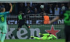 Moenchengladbach's Belgian midfielder Thorgan Hazard scores the opening goal past Barcelona's German goalkeeper Marc-Andre Ter Stegen (R) during the UEFA Champions League first-leg group C football match between Borussia Moenchengladbach and FC Barcelona at the Borussia Park in Moenchengladbach, western Germany on September 28, 2016. / AFP / PATRIK STOLLARZ