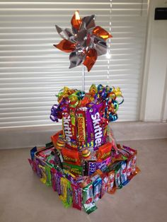 How to Make a Candy Cake for Kids Birthday Parties Candy Birthday Cakes, 16th Birthday Gifts, Candy Cakes, Birthday Treats, Birthday Parties, Creative Gift Baskets, Creative Gifts, Candy Arrangements, Cake Tower