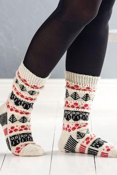 Novitan ja Pirkan suunnittelukilpailun voittajasukan idea syntyi puolukkametsässä. Kirjoneuleessa kulkevat pitsiraidat. Christmas Knitting Patterns, Knitting Patterns Free, Knitting Ideas, Easy Knitting, Knitting Socks, Knit Socks, Woolen Socks, Warm Socks, Fun Socks