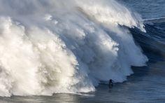 Suure laine surff Andrew Cotton langeb laine ajal surfisessiooni Praia do Norte Nazare, Portugalis