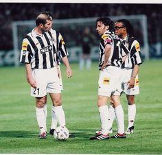 Zidane, Del Piero and Edgar Davids - Juventus FC Retro Football, World Football, Sport Football, Football Players, Juventus Fc, Zinedine Zidane, History Of Soccer, Juventus Wallpapers, Free Kick