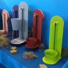 """Dessinées par Patrick Nadeau, les fontaines murales """"Laorus"""" se raccordent à un robinet extérieur sur une terrasse, un balcon ou dans un jardin. En permettant le branchement et le rangement d'un tuyau d'arrosage et grâce à leurs seaux mobiles, elles facilitent l'arrosage des plantes et l'utilisation de l'eau."""