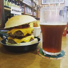 Aquecimento para o workshop de análise lúpulos da Acerva Niteroi no @armazemsaojorge. Renha Burger duplo com bacon e molho de red ale acompanhado de Donna Juliana a dunkel da @cervejadonna. #hamburger #vaigordinho #foodporn #instafood #beerporn #drinklocal #instacerveja #instabeer #craftbeer #cervejaartesanal #cerveja #beer #birra #cerveza