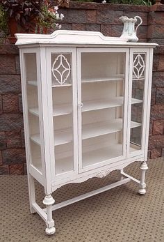 Great starage cabinet for displaying soaps, bathsalts and rolled white towels Shabby Chic Bedrooms, Shabby Chic Homes, Shabby Chic Furniture, Shabby Chic Decor, Vintage Furniture, Home Furniture, Painted Furniture, Furniture Design, Garden Furniture