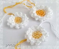 FREE CROCHET PATTERN: How to crochet a DAISY! Who doesn't like DAISIES?!?!?! …. lol In this post I will show you how to make these beautiful daises that you can use on many projects! At the bottom of the post you can find my ideas for them but you can also embellish so many other things (basket, bag, blanket, ponytail band…..whatever you want)