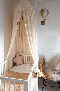 DIY Luchtballon voor de babykamer Baby Room Design, Baby Room Decor, One Bedroom, Girls Bedroom, Baby Room Closet, Baby Changing Station, Room London, Baby Nursery Neutral, Pink Room
