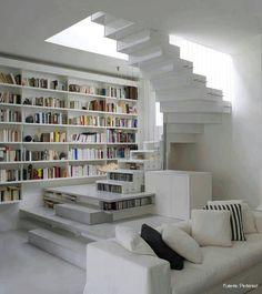 Los escalones huecos también pueden ser utilizados como biblioteca.