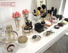 bandejas de prata para organizar os produtos de maquiagem