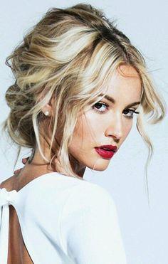 Peinado despeinado maquillaje natural labios rojos
