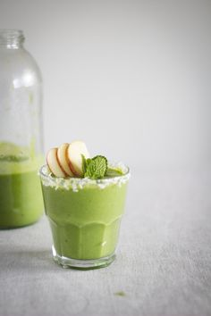 ... banana and spinach smoothie with mint and coconut ...