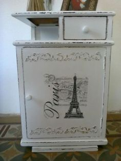 mesa de luz con decapado y trasferencia Painted Bedroom Furniture, Chalk Paint Furniture, Refurbished Furniture, Repurposed Furniture, Furniture Makeover, Diy Furniture, Shabby Chic Storage, Shabby Chic Style, Vintage Crafts