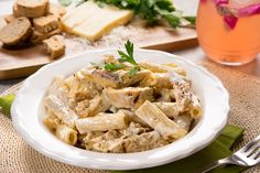 Una fácil y deliciosa pasta con crema, un toque de finas hierbas y deliciosa pechuga de pollo a la parrilla. Prueba esta sensacional receta que además de todo se prepara en 30 minutos. ¡No pierdas tiempo!