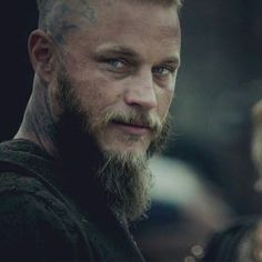 "Travis Fimmel Br 🇧🇷 on Instagram: ""Mito, lenda, ícone! Único! ❤️ Não da pra esquecer esse cara 🥺 . . . . #travisfimmel #vikings #viking #handsome #blueeyes #ragnar…"" Ragnar Lothbrook, Ragnar Lothbrok Vikings, Vikings Season 4, Vikings Tv Show, Lagertha, Vikings Tumblr, Viking Pictures, Vikings Travis Fimmel, Viking Quotes"