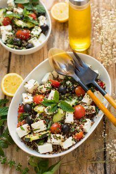 Ensalada de quinoa tricolor al estilo griego con queso feta y hierbas aromáticas. Una receta rica y saludable.