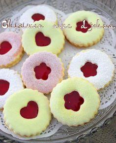 Sablés à la confiture avec un biscuit très fondant et saupoudré de sucre glace coloré. Le sablé à la confiture algérien fait partie des gâteaux que l'on