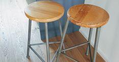 Vintage Hocker aufarbeiten Da der Barbereich unserer neuen Küche nicht mehr so viel Platz für Barhocker bietet haben wir uns neue gebrauchte Stühle besorgt. Die lackierte Oberfläche passt noch nicht zu den unlackierten geölten Oberflächen in der Küche.  Um die Lackschicht zu entfernen habe ich mein Multitoolzuerst mit grobem Schleifpapier bestückt und angeschlossen an den Staubsaugerden Lack abgeschliffen. Damit das Schleifpapier nicht zuschmiert sollte man hier nicht zu fein beginnen. Die…