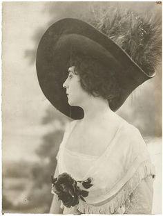 Portrait de femme inconnue en buste de trois-quarts face, avec un chapeau à plumes. 1907-1914.