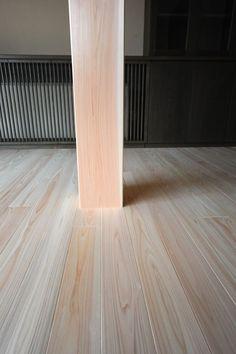 坂本木材建設で家を建てられる施主さんの多くが、「檜の無垢フローリングでお願いします。」と言われます。節のない檜の床材は「超」の付く高級材です。檜は元々節の多い木材で、一見節のない材でもひとカンナ当てるとすぐさま節が出てくることがあります。オークや樺、タモなどに比べ多少柔らかい点もあるのですが美しい木肌、芳香など何ものにも代え難い満足感があります。「檜の家」、本当に住み心地が良いですよ。