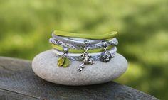 Bracelet cordon tissu et soie 2 tours _ vert gris blanc et argenté _ breloque grenouille et sequin emaillé