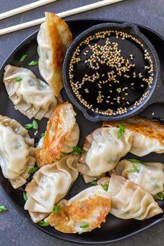 Pan Fried Dumplings, Turkey And Dumplings, Gyoza Dumplings Recipe, Asian Dumpling Recipe, Cooking Dumplings, Japanese Dumplings, Japanese Gyoza, Japanese Curry, Asia Food