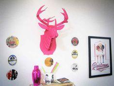 Se você está em um nível avançado, faça você mesmo uma cabeça de alce de papelão para um decor muito Pinterest.