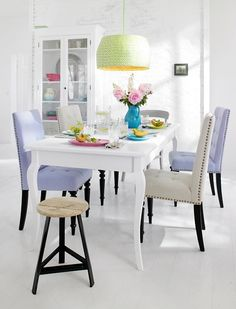 Such a chic dining room in gorgeous Spring colors.