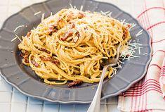 """""""Alla carbonara"""" znamená """"po uhlířsku"""". Není jisté, zda se jídlo jmenuje podle výrobců dřevěného uhlí nebo podle tajného spolku karbonářů bojujícího za sjednocení Itálie. Každopádně jednoduchá a dokonalá kombinace vajec, slaniny a těstovin se rozšířila po celém světě. Tak se do ní pusťte taky! Spaghetti, Ethnic Recipes, Food, Eten, Meals, Noodle, Diet"""