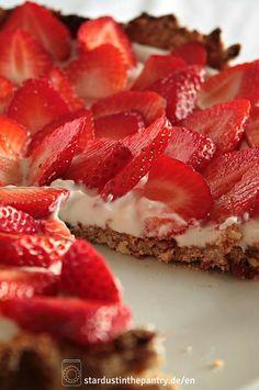 Fruchtige vegane Erdbeertarte, glutenfrei und zuckerfrei. Schnell gemacht und einfach.