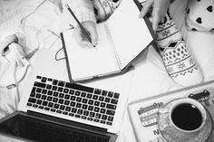 """Según Jack Kerouac, un escritor debe tener una rutina exacta que le permita explotar su creatividad:""""Ten cuadernos secretos garabateados y salvajes páginas escritas a máquina, para tu propia dicha"""". Stephen King concuerda con Kerouac y asegura""""tu tiempo es muy valioso y tienes que comprender que todas las horas que pasas hablando sobre escribir es tiempo …"""