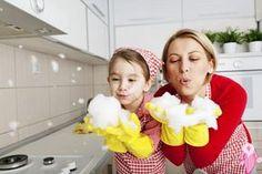 Günümüzün ağır yaşam şartları arasında mutfağınızı her zaman temiz tutmak, yatak odanızı dağınıklıktan kurtarmak veya çok dağılmış bir oturma odasında düzen kurmak o kadar da kolay değildir. Dağınıklık nedeni ne olursa olsun, önemli olan bununla pratik yöntemlerle başa çıkabilmeyi bilmektir. İşte size vereceğimiz 8 faydalı püf noktası ile işinizi kolaylaştırmak istiyoruz. 1-Kağıt Havluları Tercih Edin …