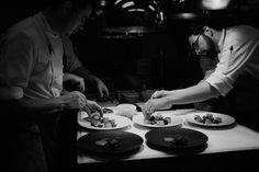 テキストの占める面積が、写真が占める面積よりも多くならないようになっているので、写真がよく映えるいい構成。どの写真もクオリティが高く、レストランなので写真で雰囲気を伝えることは大事、しっかり目的に沿っている。外観とメニューと食事スペースだけでなく、キッチンの中とそこで料理を作る人たちにも写真で焦点が当てられていて、そこで働く料理人たちのプロ意識も垣間見え、レストラン全体の雰囲気もより伝わる。トップページでは、reservation(予約)のリンクを二つ以上は貼っていて、しっかりと予約に結びつくような設計になっている。他余計なリンクは貼っていないのでユーザーも戸惑わない。メニューの配置の仕方も個性的。一枚一枚背景を抜いてそのページにお皿が乗っているようなデザインで、シンプルだが高級感が出ている。storyのページは、手描きの絵が入るのに安っぽくもならず、個性も出ている。