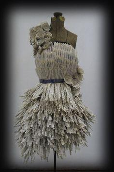 Precioso traje realizado con libros Crazy Dresses, Unique Dresses, Shabby Chic Mannequin, Paper Clothes, Paper Dresses, Recycled Dress, Recycled Costumes, Newspaper Dress, Modelista
