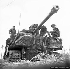 9 juillet 1944 : des soldats canadiens inspectent une char Panther dans le secteur de Authie